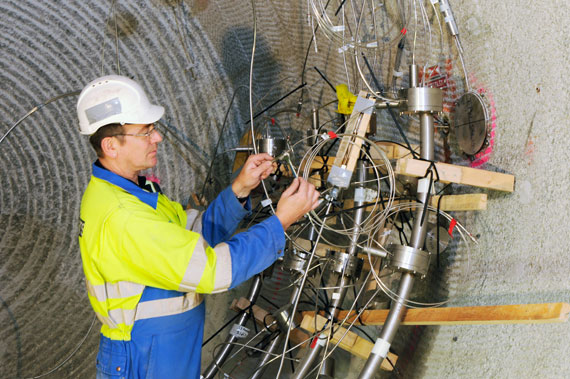 Installation of the measurement instrumentation for the GAST experiment at the Grimsel Test Site